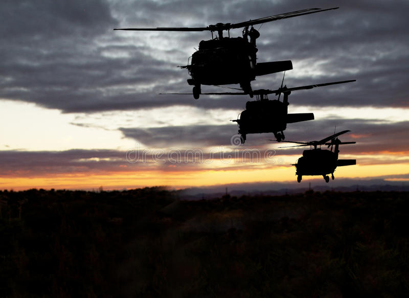 Voo de noite militar americano dos helicópteros fotografia de stock
