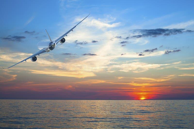 Voo do avião acima do mar tropical fotos de stock royalty free