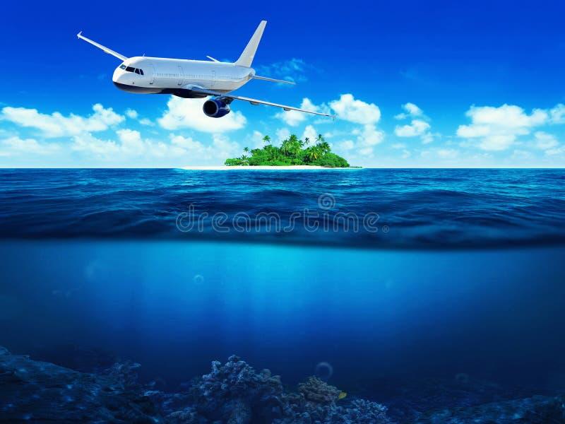 Voo do avião acima do mar tropical com ilha Vista subaquática fotos de stock