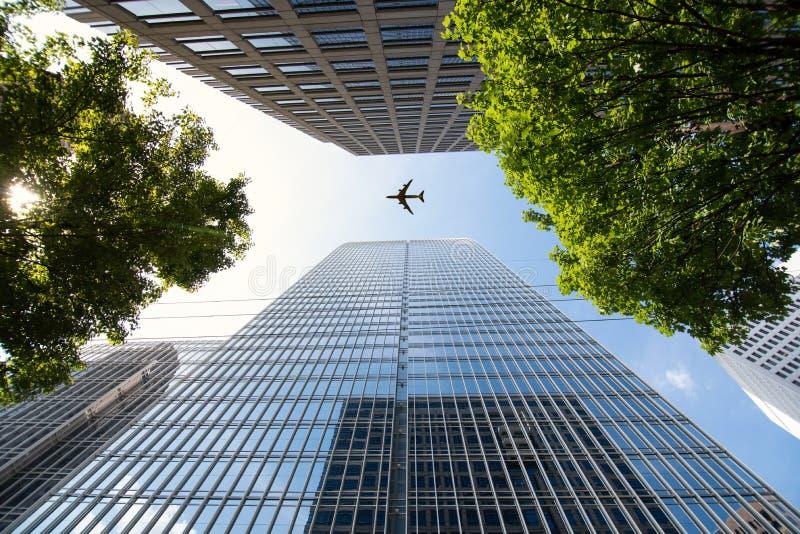 Voo do avião por construções modernas do arranha-céus em Atlanta fotografia de stock