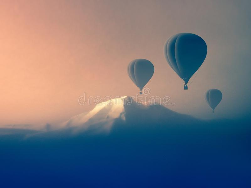 Voo do balão de ar nas montanhas fotografia de stock royalty free