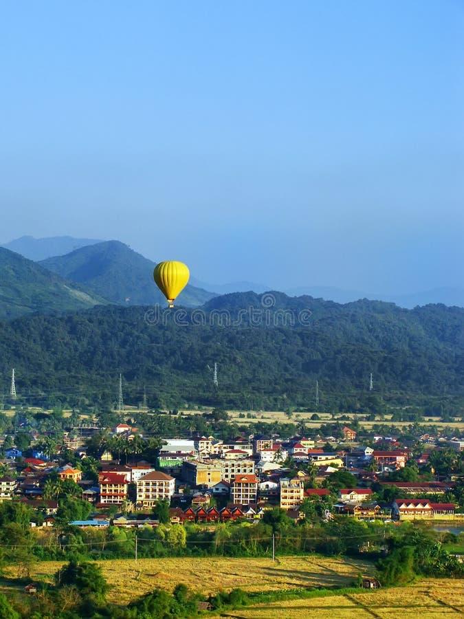 Voo do balão de ar quente acima da cidade de Vang Vieng, província de Vientiane imagem de stock royalty free