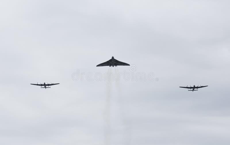 Voo do bombardeiro XH558 de Vulcan na formação com batalha do voo memorável Lancaster PA474 e CWH Lancaster FM213 de Grâ Bretanha imagem de stock