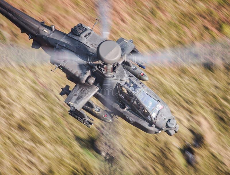 Voo do helicóptero de Apache foto de stock