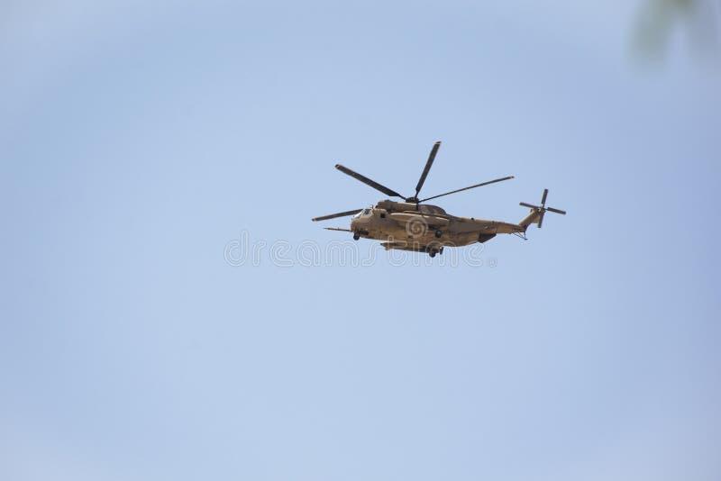 Voo do helicóptero de Apache sobre o deserto fotografia de stock royalty free