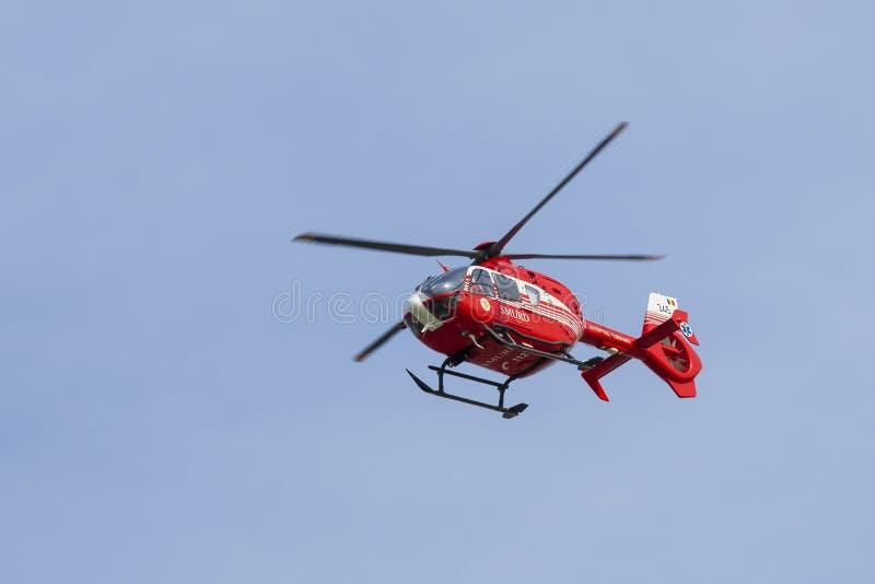 Voo do helicóptero de SMURD perto foto de stock royalty free