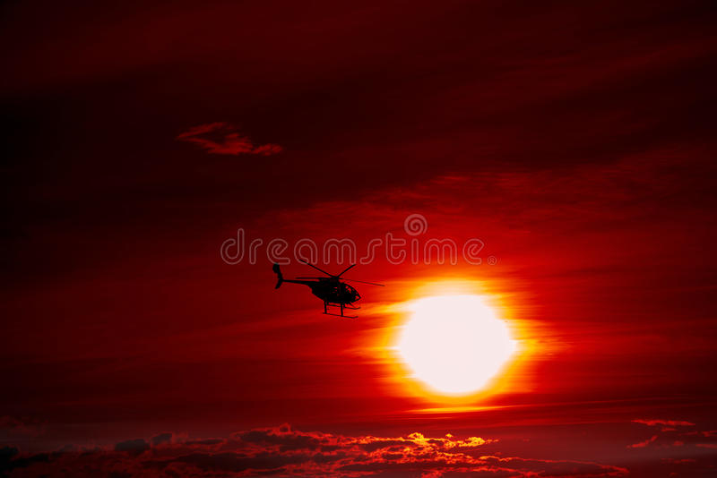 Voo do helicóptero no por do sol fotos de stock royalty free