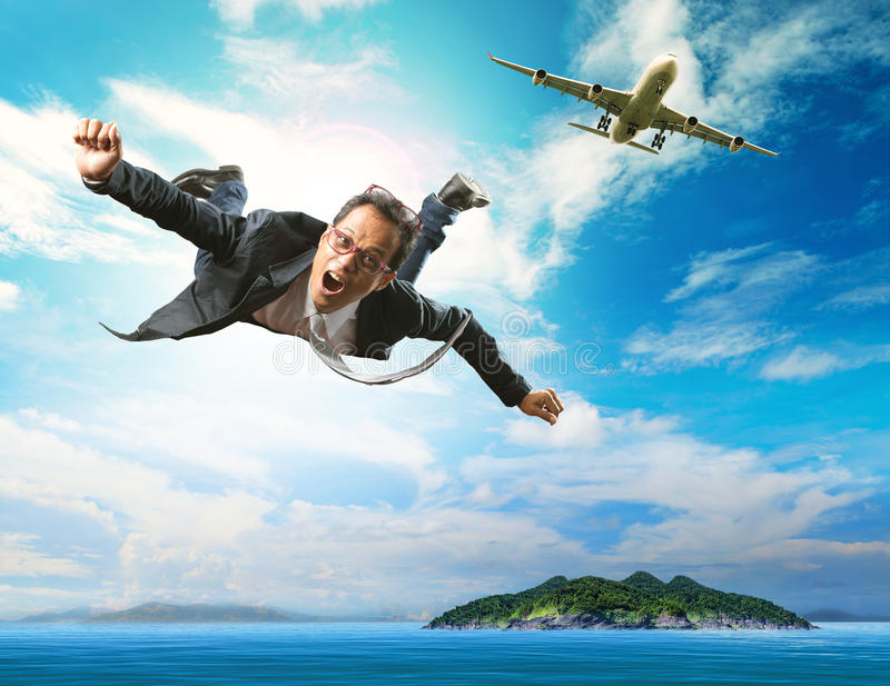 Voo do homem de negócio do avião comercial sobre o oceano azul natural imagens de stock