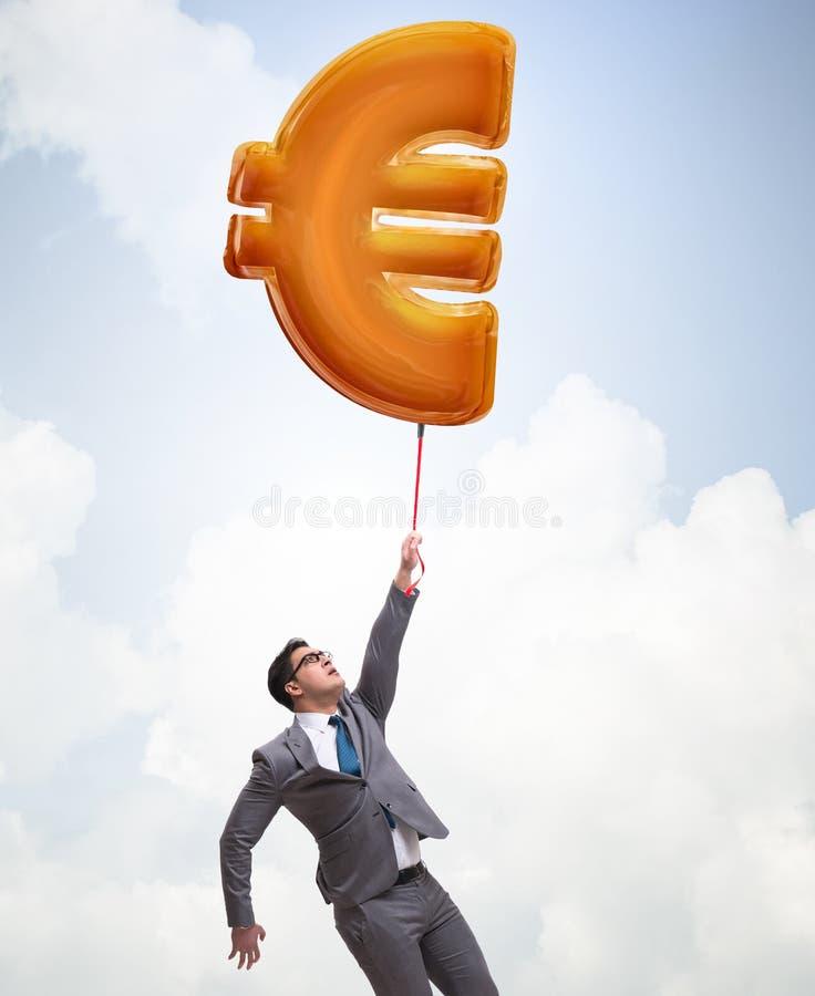 Voo do homem de neg?cios no bal?o infl?vel do euro- sinal imagens de stock royalty free