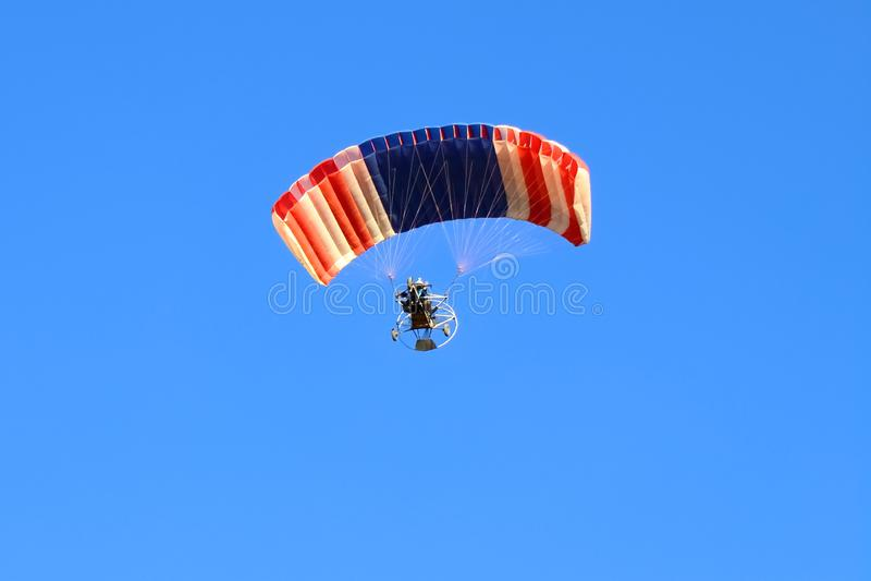 Voo do Paraglider contra o céu azul fotografia de stock royalty free