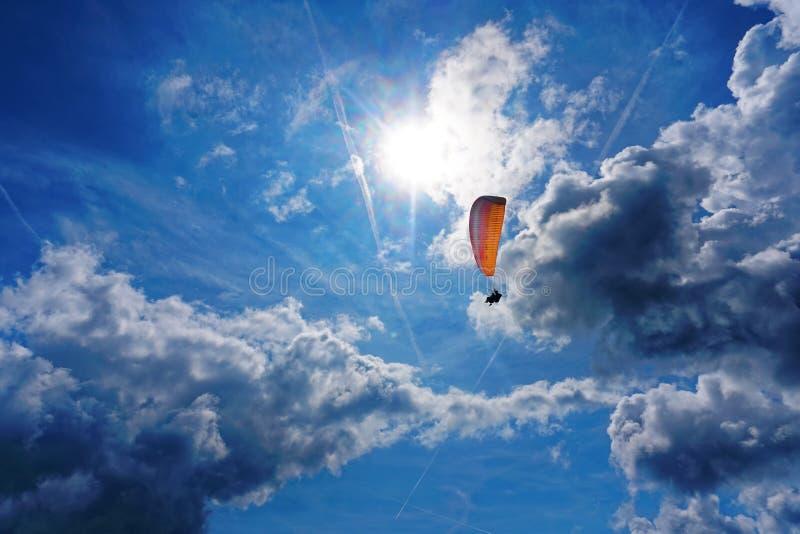 Voo do parapente no céu imagens de stock