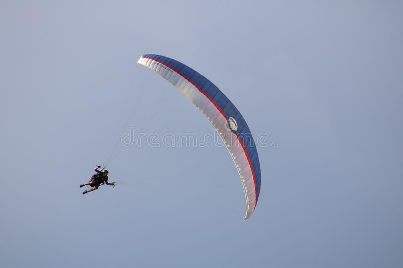 Voo do parapente no c?u foto de stock