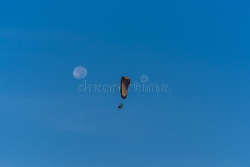 Voo do planador do motor de Para para a lua imagens de stock royalty free