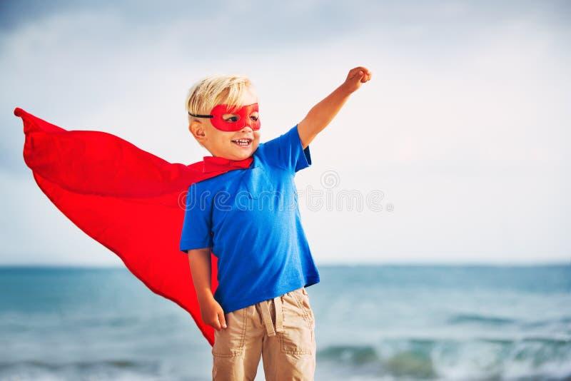 Voo do super-herói dentro ele mar fotografia de stock royalty free