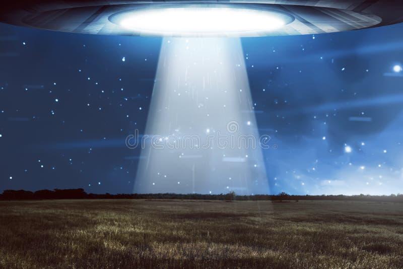 Voo do UFO em um céu escuro foto de stock royalty free