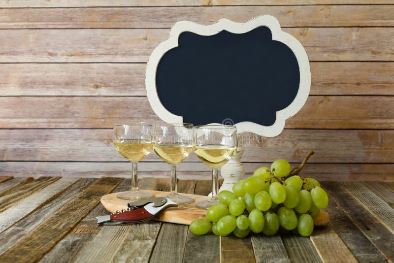 Voo do vinho branco com sinal e as uvas vazios do quadro imagens de stock royalty free