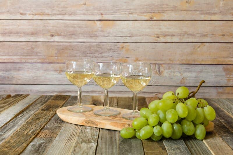 Voo do vinho branco com uvas fotos de stock royalty free