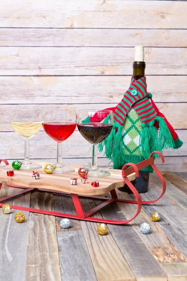 Voo do vinho com decorações do feriado fotografia de stock