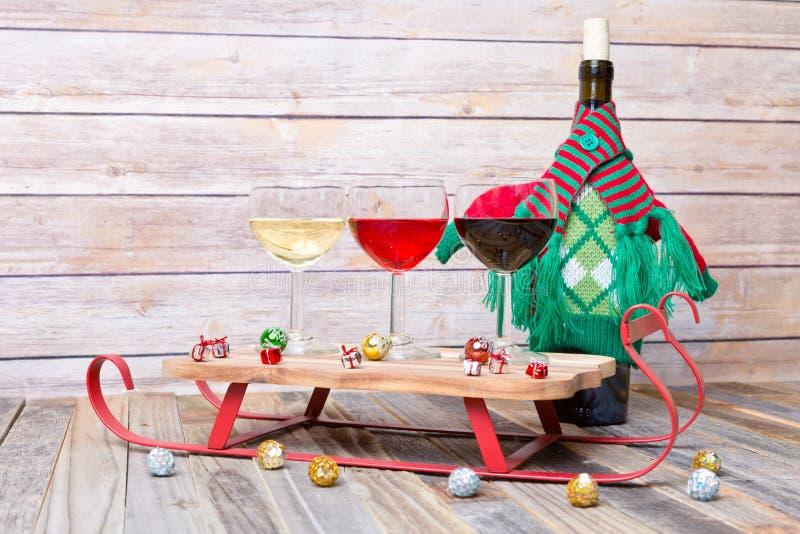 Voo do vinho com decorações do feriado fotos de stock royalty free