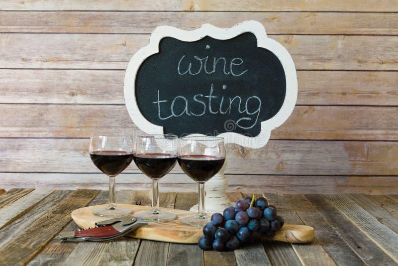 Voo do vinho tinto com sinal e uvas do quadro imagens de stock royalty free