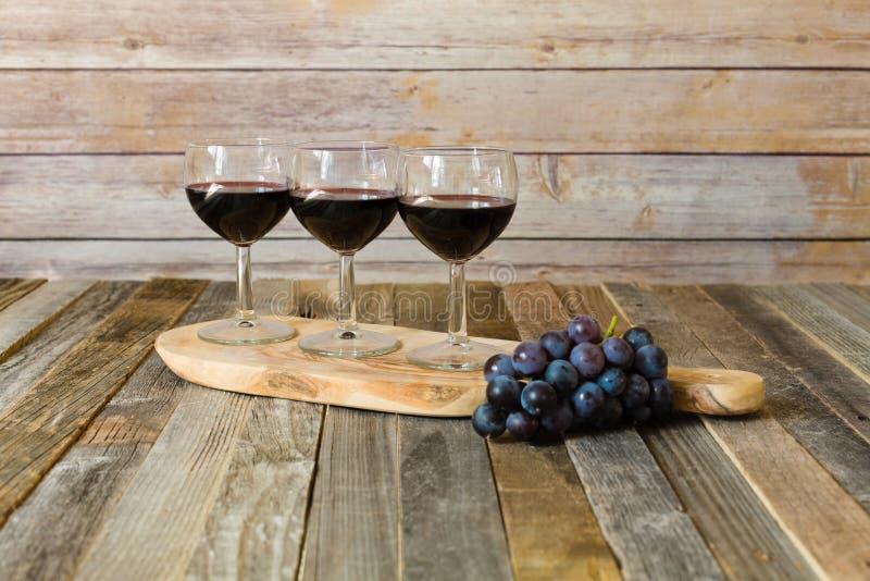 Voo do vinho tinto com uvas imagens de stock