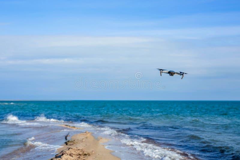 Voo do zangão no céu acima das ondas do mar azul fotografia de stock royalty free