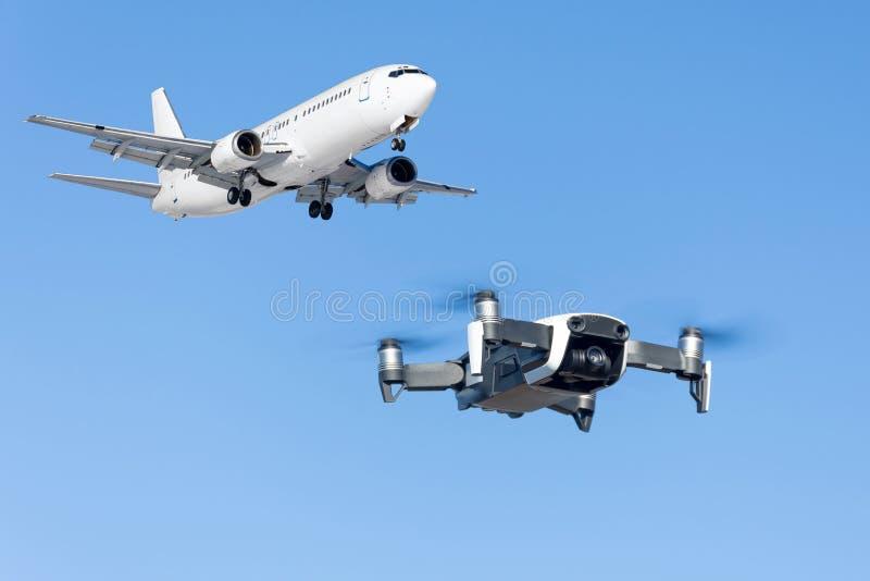 Voo do zangão perto do avião comercial no aeroporto imagem de stock