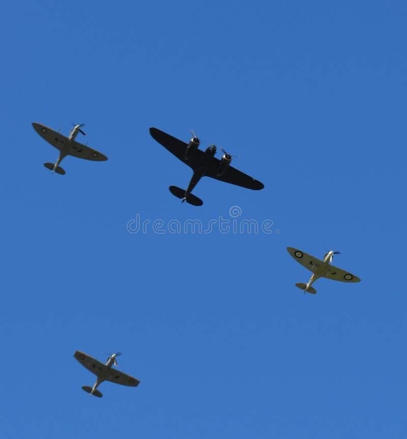 Voo dos aviões da cabeça-quente na formação sobre Inglaterra do sul com um único bombardeiro de Bristol Blenheim fotografia de stock royalty free
