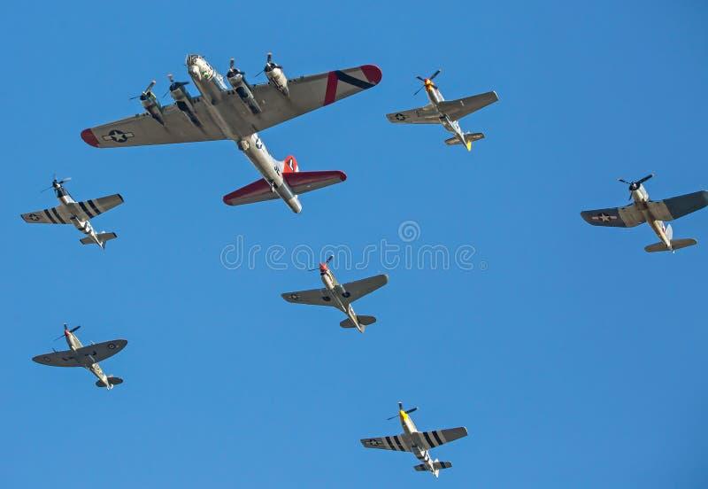 Voo dos aviões da segunda guerra mundial na formação contra um céu azul profundo foto de stock royalty free