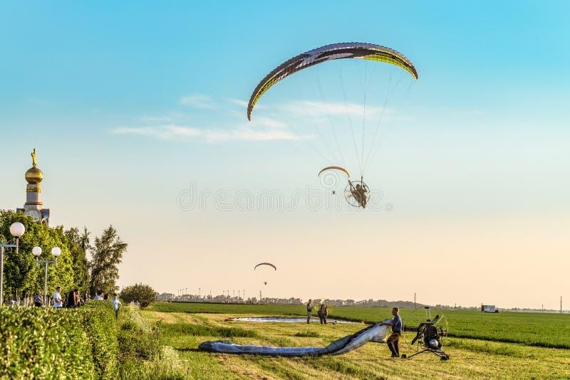 Voo em planadores do motor Decolagem e plataforma de aterrissagem Festival do ` Nebosvod da aeronáutica do ` de Belogorie foto de stock