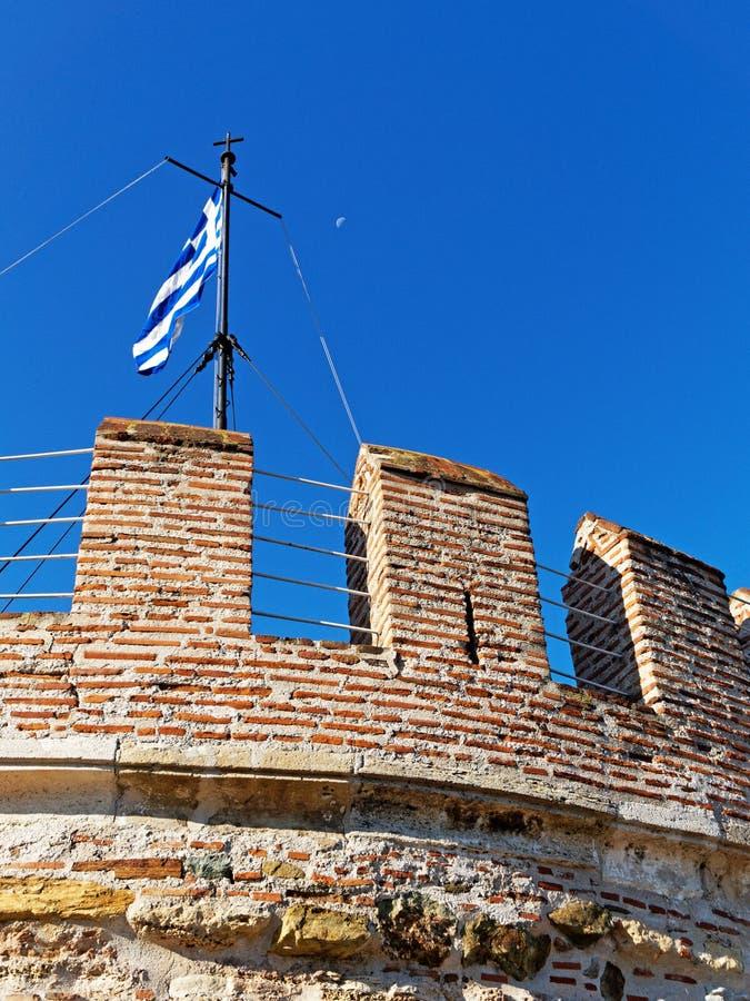 Voo grego na torre branca, Salonika da bandeira, Grécia imagens de stock