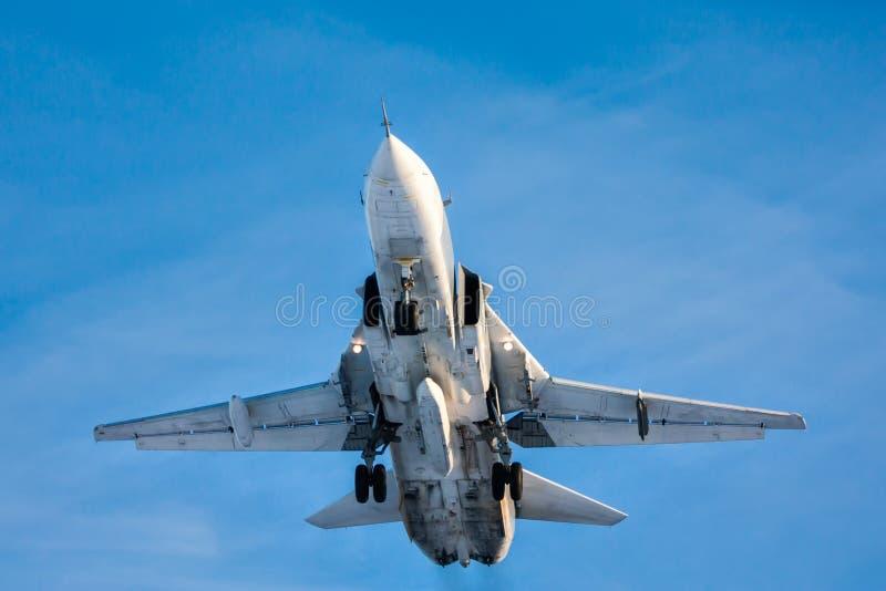 Voo militar do avião do lutador de jato no céu fotos de stock