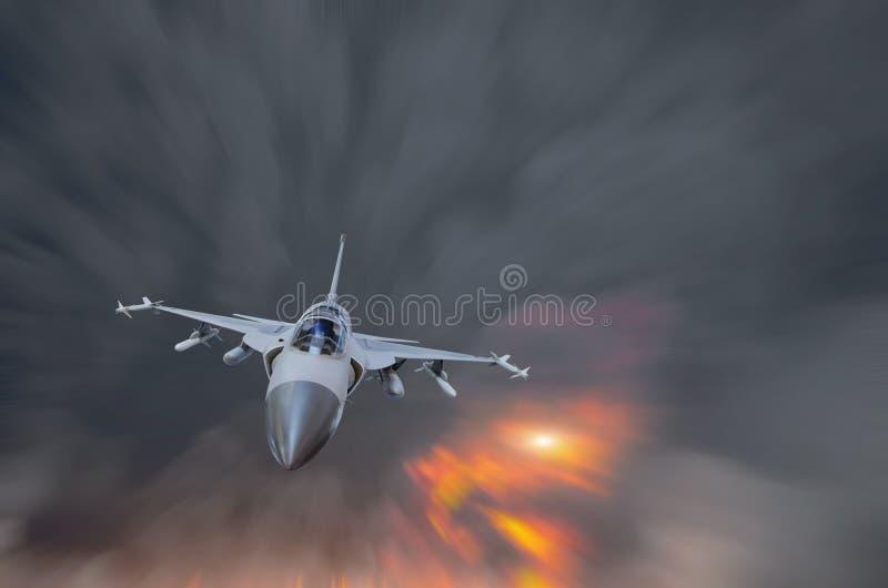Voo militar do lutador na alta velocidade entre o fumo e a explosão fotos de stock