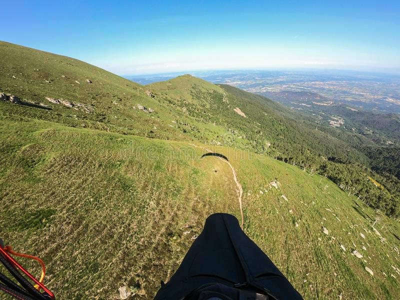 Voo no paraglide com minha m?scara, cumes italianos Italy fotografia de stock