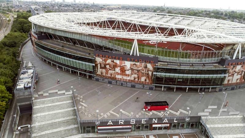 Voo pelo Emirates Stadium icônico do arsenal da vista aérea em Londres fotos de stock
