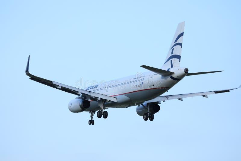 Voo plano das linhas aéreas egeias aos destinos do feriado fotos de stock royalty free