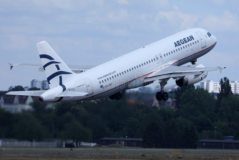 Voo plano das linhas aéreas egeias aos destinos do feriado fotografia de stock