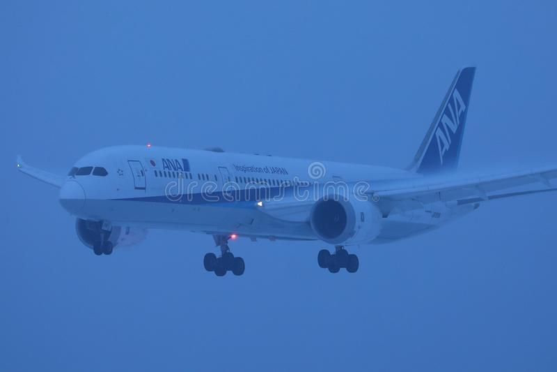 Voo plano de All Nippon Airways ANA acima no céu fotos de stock