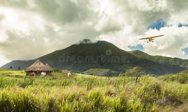 Voo plano sobre cabanas no lugar tropical remoto imagem de stock