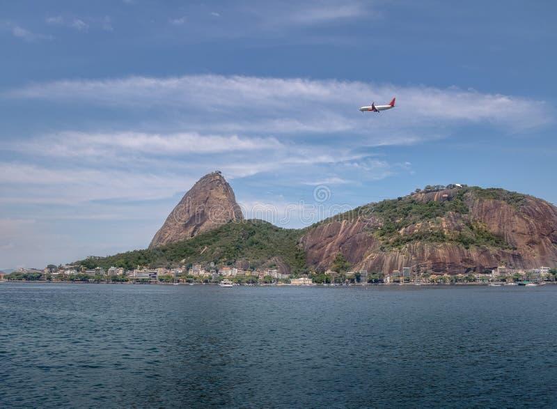 Voo plano sobre Sugar Loaf Mountain - Rio de janeiro, Brasil fotos de stock