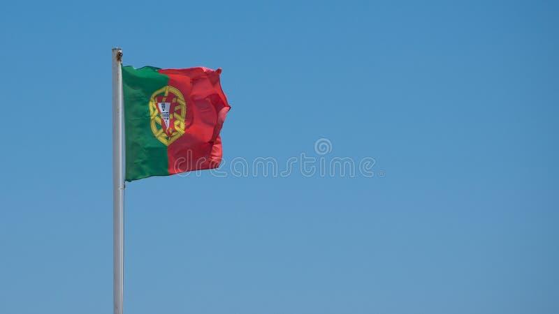 Voo português da bandeira de um mastro de bandeira em Porto fotografia de stock royalty free