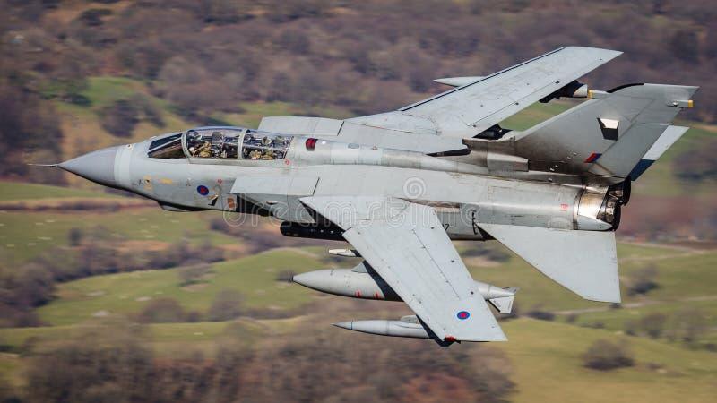 Voo rápido do avião de combate fotografia de stock royalty free