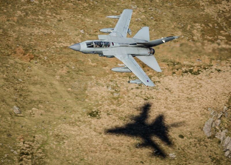 Voo rápido do avião de combate imagem de stock