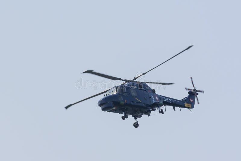 Voo real do helicóptero do lince da marinha dinamarquesa imagens de stock