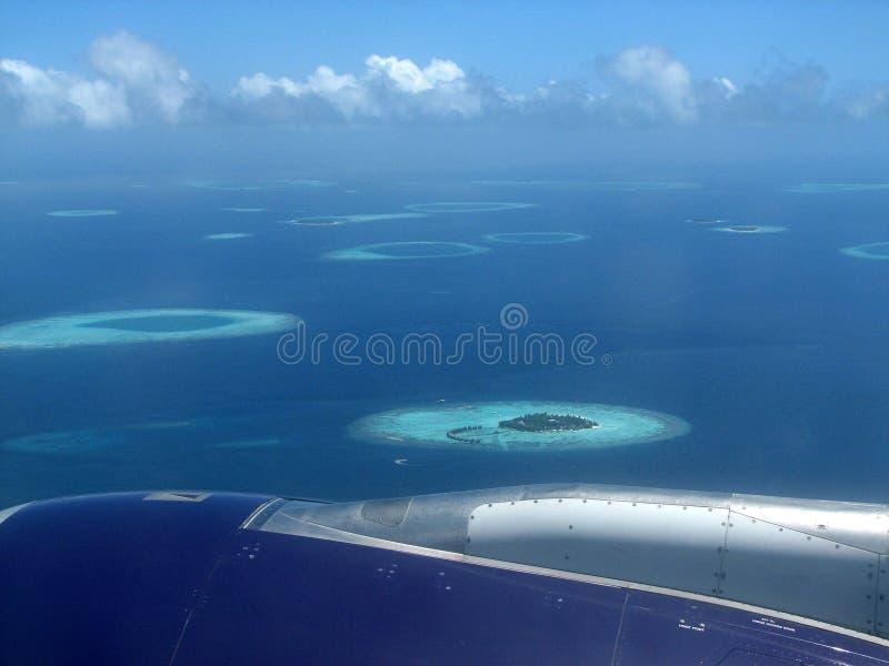 Voo sobre os Maldives imagem de stock