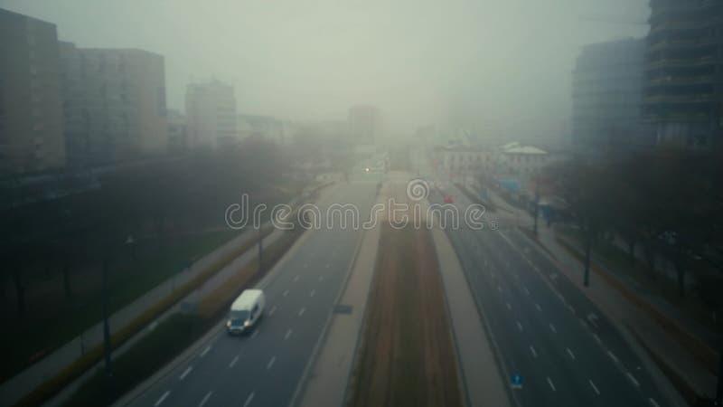 Voo sobre a rua borrada da cidade na névoa fotos de stock royalty free