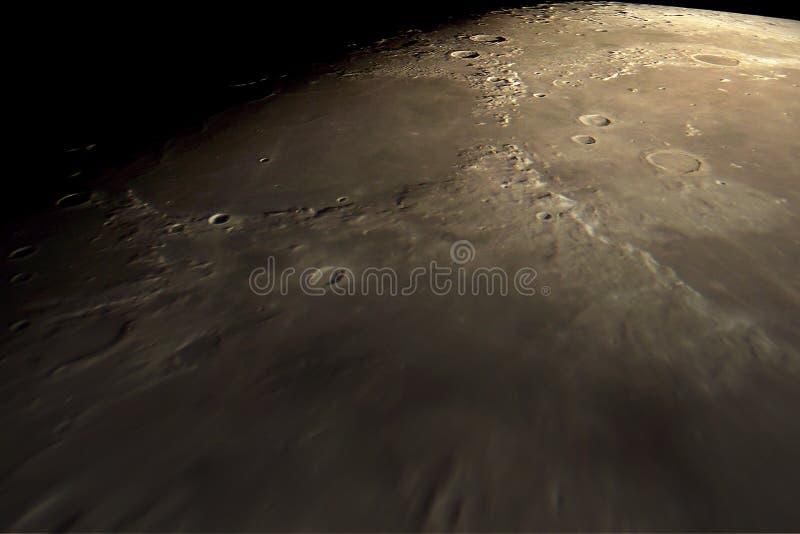 Voo sobre a superfície lunar foto de stock