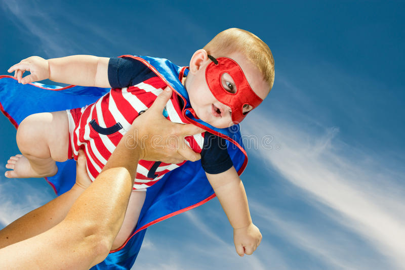 Voo vestindo do traje do super-herói do bebê feliz imagens de stock