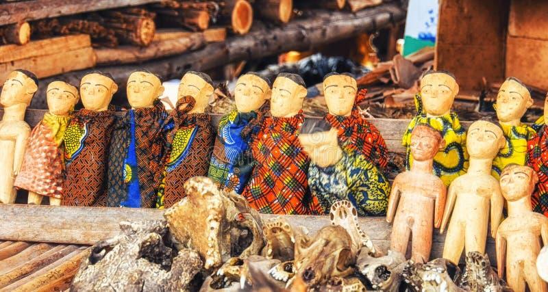 Voodoo anmärker till salu i en fetischmarknad som används för traditionellt royaltyfri bild
