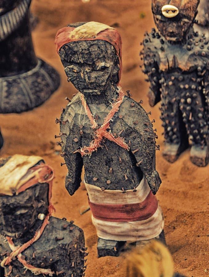 Voodoo anmärker till salu i en fetischmarknad som används för traditionellt fotografering för bildbyråer